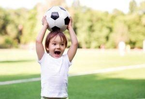 ein kleiner junge mit einem fussball
