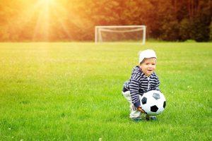 Kind mit einem Fußball