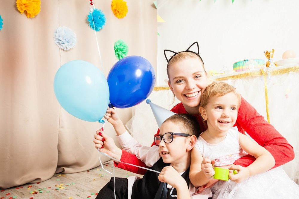 Mutter feiert mit Kindern Geburtstag