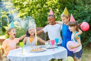 Kinder feiern eine Geburtstagsparty mit einem Tischfeuerwerk