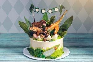 mit Dinosaurieern gestaltete Geburtstagstorte