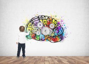 Kind malt ein Gehirn