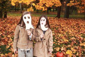 zwei Kinder mit Geistermasken