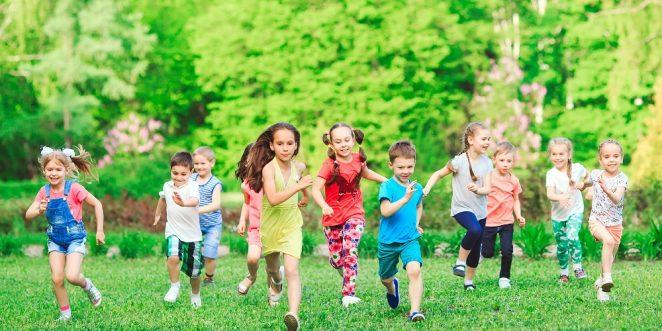 Kinder bei einem Geländespiel