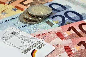 euro-banknoten und eine versichertenkarte