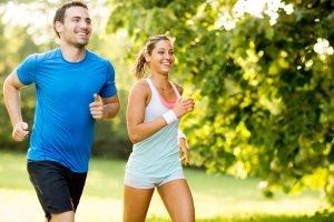 junges Paar joggt zusammen