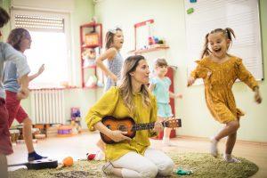 Kinder laufen zur Musik im Kreis herum