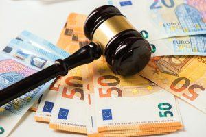 Richterhammer auf Geldscheinen