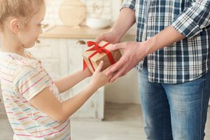 Vater gibt seiner Tochter ein Geschenk