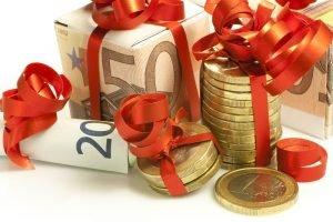 als Geschenk verpackte Geldscheine