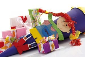 Bunte Schultüte und Geschenke zur Einschulung