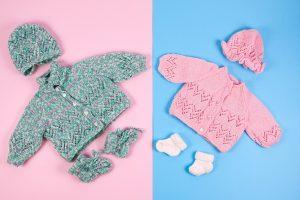 Babykleidung in typischen Farben für Jungen und Mädchen
