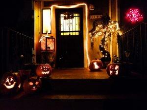 für Halloween geschmückte Haustür