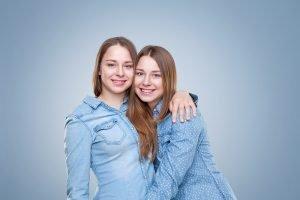 zwei schwestern umarmen sich