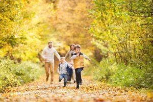 glückliche Familie geht im Wald spazieren