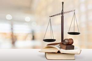 Gesetzbuch, Waage und Richterhammer