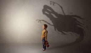 Kind hat Angst vor einem Schatten