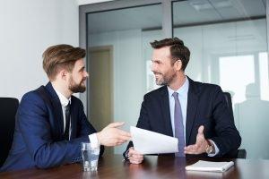 Gespräch zwischen Chef und Angestelltem