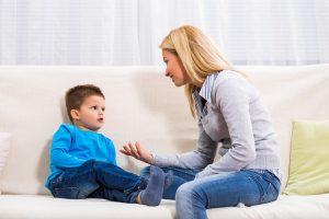 Gespräch zwischen Sohn und Mutter auf dem Sofa