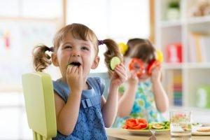 kind isst obst und gemüse