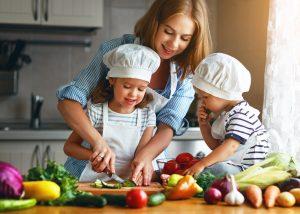 Mutter kocht mit zwei Kindern