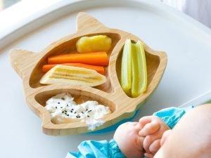 gesunde speisen auf einem baby-teller