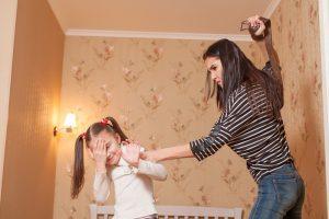 Mutter schlägt Tochter mit einem Gürtel