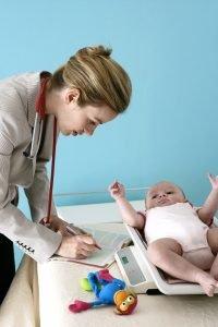 eine frau wiegt ein baby