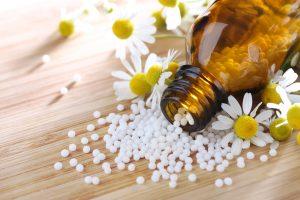 Homoöpathie – Globuli aus Kamille als Alternativmedizin