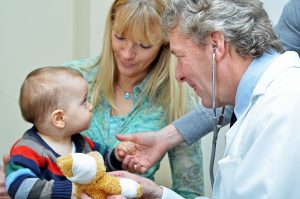 Kleinkind beim Arzt