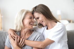 Mutter und erwachsene Tochter lachen