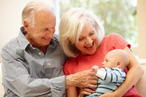 Großeltern haben ein Baby auf dem Arm