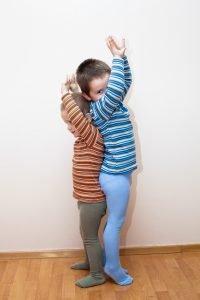 Kinder vergleichen ihre Körpergröße