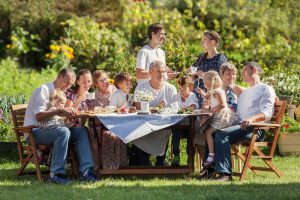 große Familie sitzt am Tisch