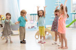 eine Gruppe Kinder spielt