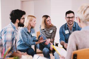 Gruppe Erwachsener berät sich gemeinsam