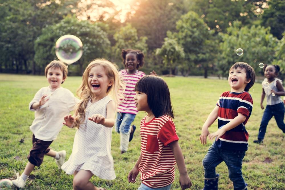 Kinder spielen draußen in einer Gruppe