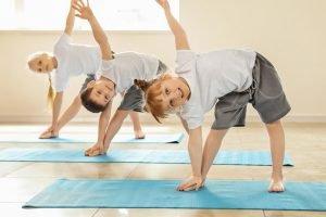 kinder machen gymnastik