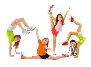 kinder machen gymnastikuebungen