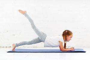 maedchen macht gymnastik