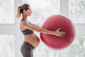 schwangere mit einem gymnastikball