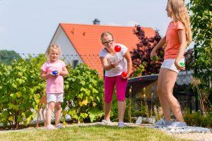 Kinder beschäftigen draußen