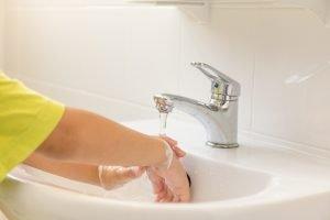 ein Kleinkind wäscht sich die Hände