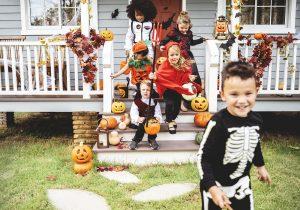 Kinder mit Halloween-Verkleidungen