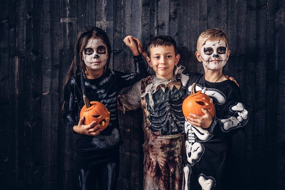 drei Kinde in gruseligen Kostümen