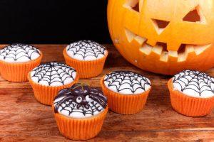 Halloween-Muffins mit Spinnennetzen