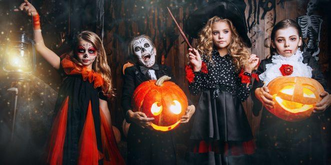 Kinder an Halloween Party in grusligen Kostümen