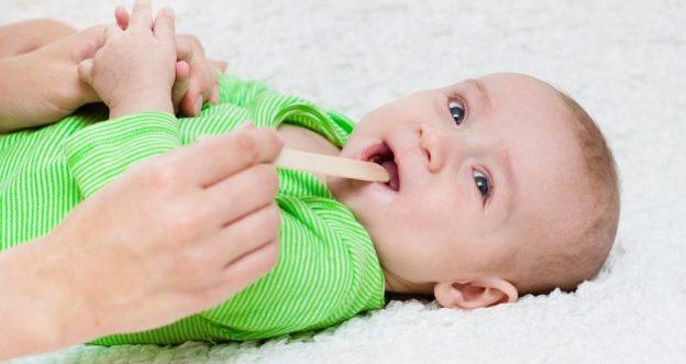 Was sie tun sollten wenn ihr Baby Halsschmerzen hat