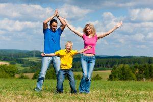 familie macht auf der wiese hampelmaenner