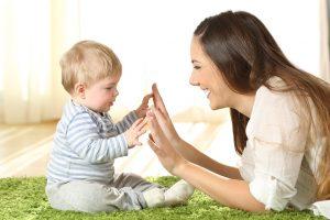 mutter lernt mit ihrem kind babyzeichensprache